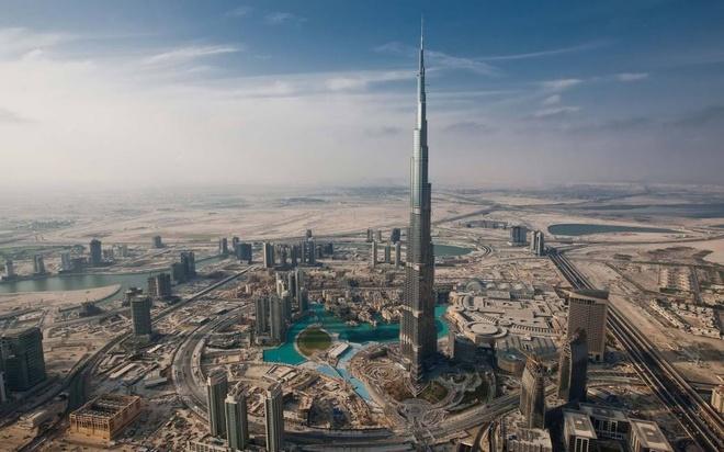 10 noi o Dubai moi du khach deu uoc ao duoc toi hinh anh 8 Tháp Burj Khalifa: Nằm ở khu Downtown Dubai, Burj Khalifa hiện đang nắm giữ danh hiệu công trình nhân tạo cao nhất thế giới với chiều cao 829,8 m. Đây cũng là một trong những biểu tượng của Dubai. Du khách có thể ngắm toàn cảnh thành phố ấn tượng này từ đài quan sát ở tầng 124.