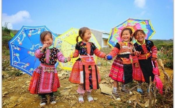 Trang phục của trẻ em ở Mộc Châu ngày lễ hội.
