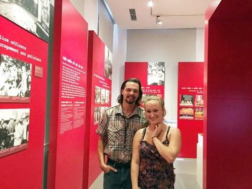 Trai nghiem thu vi cua vo chong du khach My hinh anh 1 Anh John và chị Brieana tham quan và chia sẻ cảm nghĩ trong cuốn sổ ghi cảm tưởng tại Bảo tàng Công an Hà Nội.