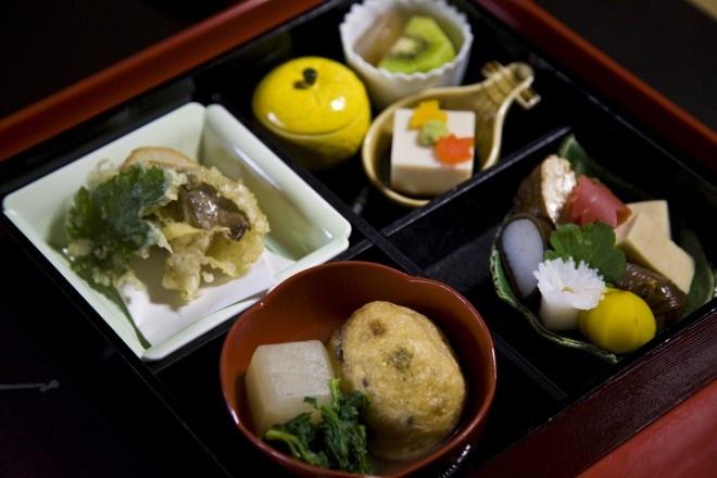 Nhung mon an doc dao cua am thuc Nhat Ban hinh anh 1 Shojin-ryori (Đồ chay): Các món chay của Nhật được hình thành và hoàn thiện qua nhiều thế kỷ. Nơi tốt nhất để thưởng thức loại đồ ăn này là ở các đền miếu (hoặc một nhà hàng truyền thống quanh đó), hay một lớp học nấu ăn.