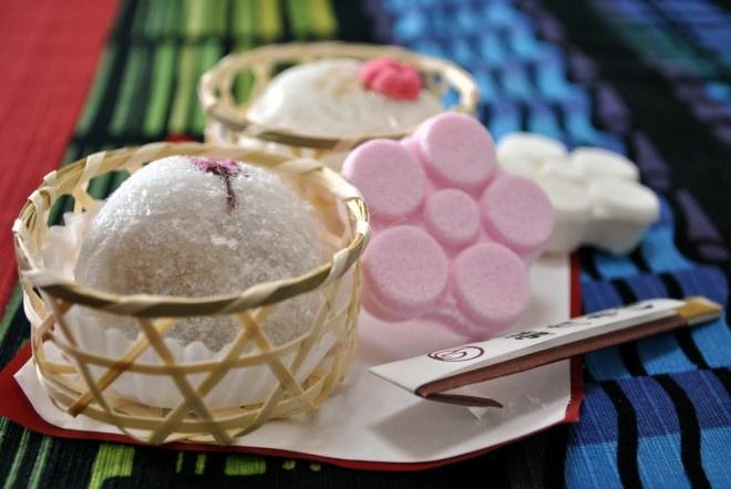 Nhung mon an doc dao cua am thuc Nhat Ban hinh anh 6 Đồ ngọt: Các loại đồ ngọt của Nhật Bản vô cùng phong phú và được nâng lên thành một nghệ thuật, nhất là những món được dùng trong tiệc trà. Khi vào một hàng đồ ngọt ở Nhật, bạn sẽ có cảm giác muốn mua tất cả mọi món. Từ những chiếc mochi mềm mại làm từ bột gạo, tới những chiếc dorayaki nhân đậu đỏ... mỗi vùng, mỗi khu vực lại có những món với cách chế biến khác nhau.