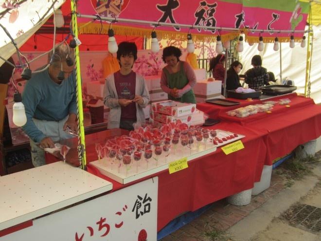 Nhung mon an doc dao cua am thuc Nhat Ban hinh anh 8 Ẩm thực lễ hội: Tới bất cứ một lễ hội nào, bạn sẽ được thấy trái tim ẩm thực đầy thú vị của Nhật Bản, với những quầy hàng chuyên bán một vài món. Du khách có thể nhận ra những món quen thuộc như yakisoba (mì xào), yakitori (gà nướng), xúc xích..., tới những món lạ như yaki-mochi (mochi chiên), kakigōri (đá bào), ika-yaki (mực nướng)....