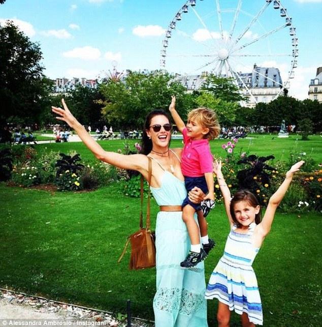 Dai gia va cac sao Hollywood lam gi trong ky nghi he? hinh anh 10 Người mẫu của Victoria Secret, Allesandra Ambrosio, tạo dáng cùng các con ở Paris.