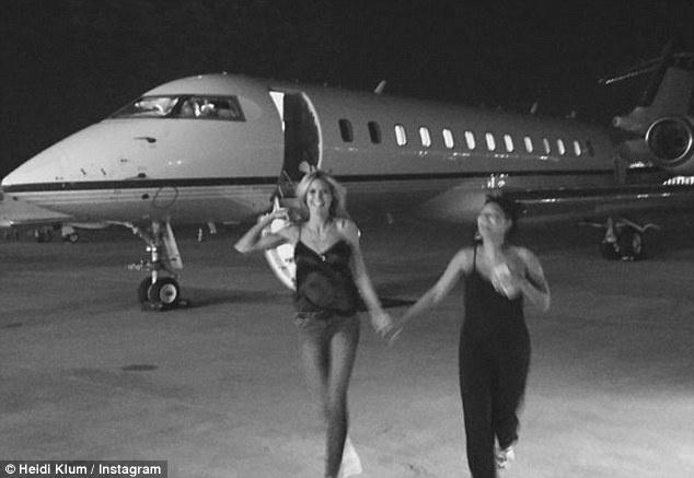 Dai gia va cac sao Hollywood lam gi trong ky nghi he? hinh anh 4 Heidi Klum và Mel B nằm tay nhau trước một chiếc phi cơ riêng.