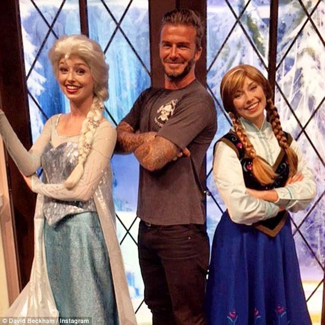 Dai gia va cac sao Hollywood lam gi trong ky nghi he? hinh anh 6 Trong chuyến đi tới công viên Disneyland cùng gia đình, David Beckham đã đăng bức ảnh chụp cùng hai nhân vật Elsa và Anna từ bộ phim Frozen.