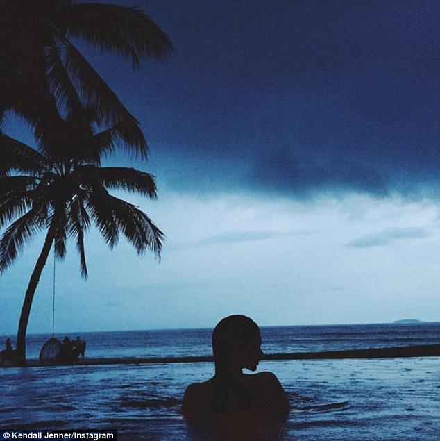 Dai gia va cac sao Hollywood lam gi trong ky nghi he? hinh anh 8 Người mẫu Kendall Jenner đăng bức ảnh nhìn ra biển trên tài khoản mạng xã hội có 35,6 triệu người theo dõi của mình.