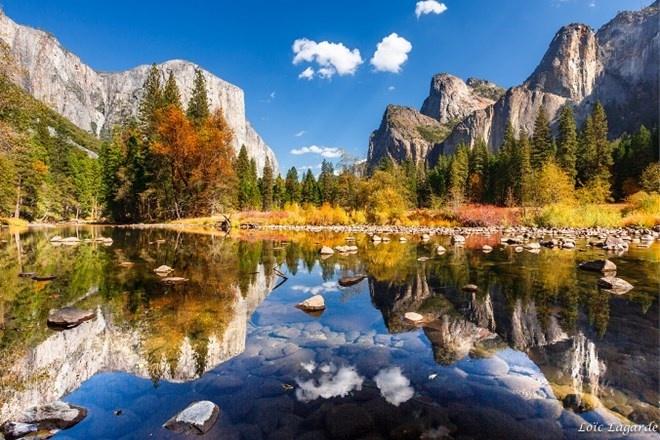 Vườn quốc gia Yosemite, Hoa Kỳ: Có diện tích hơn 3.000 km vuông và nằm ở phía tây của dãy núi Sierra Nevada, California. Yosemite mỗi năm có 3,7 triệu người ghé thăm. Vườn quốc gia này được quốc tế công nhận là một di sản thế giới với những vách đá granit hùng vĩ, suối nước trong sạch và đa dạng sinh học hấp dẫn.