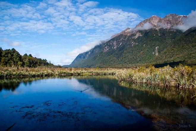 Vườn Quốc gia Fiordland, New Zealand: Fiordland là vườn quốc gia lớn nhất ở New Zealand, có diện tích 12.500 km2. Vườn quốc gia xinh đẹp này được bao quanh bởi các dãy núi nhấp nhô và một thác nước nổi tiếng thế giới.
