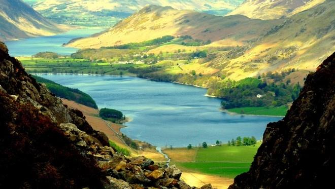 Vườn quốc gia Lake District, Anh: Vườn quốc gia Lake District nằm ở một vùng núi phía Tây Bắc nước Anh. Vườn quốc gia này được thành lập vào năm 1951, nơi đây có những tảng đá granite ấn tượng, thung lũng tuyệt đẹp và 16 hồ nước mang vẻ đẹp lộng lẫy. Nó cũng được biết đến là nơi truyền cảm hứng cho các nghệ sĩ và nhà văn, như William Wordsworth và JMW Turner. Đây cũng là một thiên đường cho những người đam mê thể thao dưới nước và đi xe đạp.