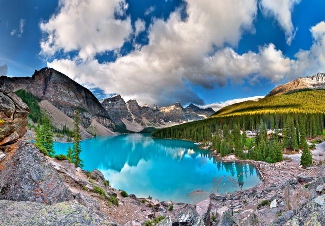 Vườn quốc gia Banff, Canada: Đây là vườn quốc gia lâu đời nhất ở Canada. Vườn quốc gia này được thành lập vào năm 1885 trên dãy núi Rocky Mountains Canada. Nó nằm ở phía tây tỉnh Alberta và có diện tích 6641 km vuông với địa hình đồi núi. Những ngọn núi ấn tượng tạo ra một cảnh quan tuyệt vời khi kết hợp với các cảnh quan thiên nhiên như dòng sông chảy nhanh giữa các ngọn đồi, sông băng khổng lồ trên các đỉnh núi và hồ nước màu ngọc lam kì ảo.