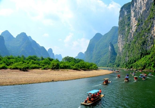 Vườn quốc gia Quế Lâm và sông Lệ Giang, Trung Quốc: Tọa lạc tại Quảng Tây ở phía đông nam Trung Quốc. Vườn quốc gia xinh đẹp này nổi tiếng với những hòn núi đá vôi. Nơi này còn là nơi truyền cảm hứng cho nhiều nhà thơ và nghệ sĩ Trung Quốc và thậm chí nó còn được in trên đồng tiền giấy của quốc gia.