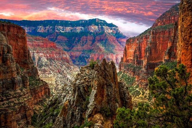 Vườn quốc gia Grand Canyon, Hoa Kỳ: Grand Canyon có lẽ là vườn quốc gia nổi tiếng nhất và được chụp ảnh nhiều nhất trên thế giới. Mỗi năm, có khoảng năm triệu người đến xem hẻm núi vinh quang của vườn quốc gia này.