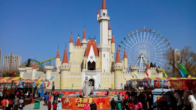 """Công viên Shijingshan, Trung Quốc: """"Disneyland phiên bản Trung Quốc"""" mở cửa đón khách vào năm 1986, với tòa lâu đài phía trước giống hệt lâu đài của nàng Lọ Lem ở các công viên Disney. Các nhân vật nổi tiếng như cô mèo Hello Kitty hay chuột Mickey đều xuất hiện ở công viên chào đón du khách."""