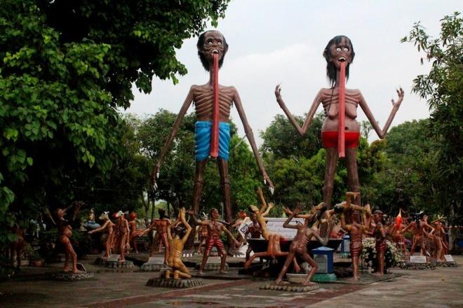 Công viên địa ngục Wang Saen Suk, Thái Lan: Có lẽ đây không phải nơi thích hợp cho các gia đình có con nhỏ. Công viên Wang Saen Suk mô phỏng khung cảnh dưới địa ngục, với tượng những người bị treo cổ, tra tấn và đánh đập, bị ăn thịt bởi chó quỷ...