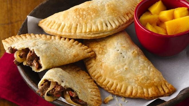 Empanada, Pisac, Peru: Đây là bánh mì hoặc bánh nướng với đủ loại nhân khác nhau. Du khách có thể thưởng thức chúng ở hầu hết các quốc gia Nam Mỹ. Ảnh: Pillsbury.