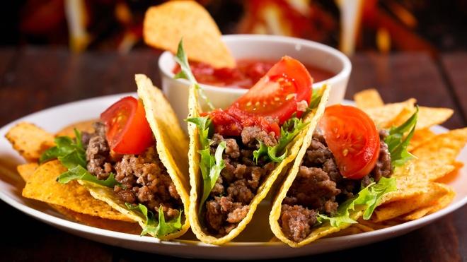 Bánh taco ở Queretaro, Mexico: Loại bánh nổi tiếng này được bán khắp các con phố của Mexico, từ chiều tối tới sáng sớm. Với 60 peso (khoảng <abbr class=
