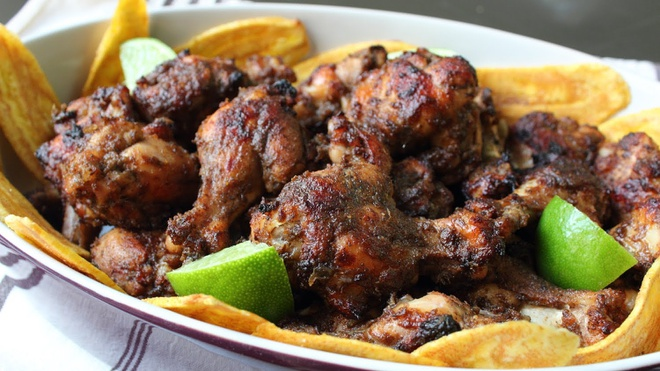 Gà nướng, Jamaica: Bạn có thể thưởng thức gà nướng ở bất cứ đâu tại Jamaica, nhưng bãi biển Boston ở cảng Antonio là nơi lý tưởng nhất. Một đĩa gà nướng có giá dao động từ 3 tới <abbr class=