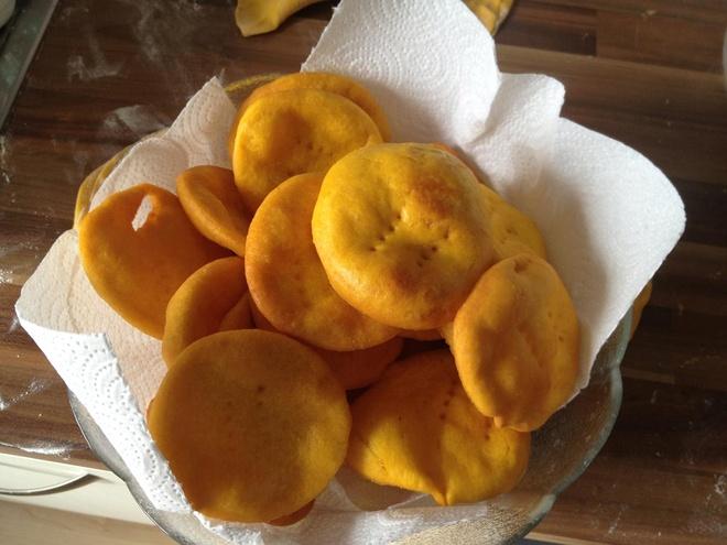 Sopaipilla, Chile: Món bánh cuộn rán làm từ bột mì, bơ hoặc mỡ được bày bán ở nhiều nơi có người Tây Ban Nha sinh sống trên thế giới. Với <abbr class=