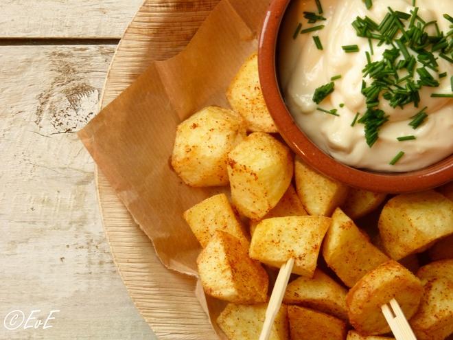 Patatas bravas, Tây Ban Nha: Món ăn này được làm từ khoai tây trắng xắt miếng, rán giòn, ăn kèm một loại sốt cà chua cay hoặc sốt aioli (gồm tỏi, dầu ôliu, lòng đỏ trứng gà và nước chanh). Ảnh: Etenvaneefke.