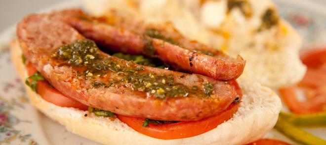 Choripán, Argentina: Xúc xích cay với lớp vỏ giòn và phần trong mềm được phết bơ, cho vào giữa bánh mì và thêm sốt chimichurri (một loại sốt chấm thịt làm từ mùi tây, tỏi xay, dầu ôliu, cây oregano và dấm trắng). Ảnh: Sartencaliente/Blogspot.