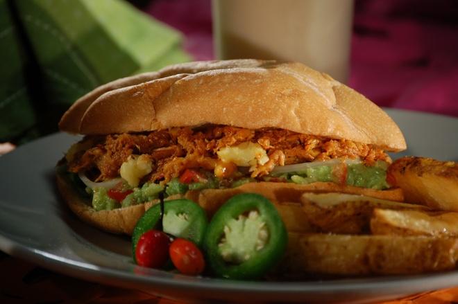 Torta và soda, Mexico: Torta là một loại bánh mì kẹp có vỏ giòn, nhân gồm nhiều nguyên liệu khác nhau, như thịt, trứng hay bơ. Du khách có thể mua một phần có torta và  đồ uống có ga với giá chưa tới <abbr class=
