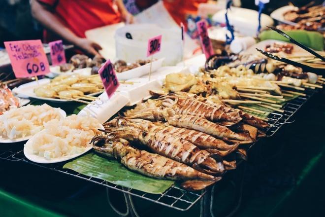 Top dac san via he sieu re, sieu ngon (phan 2) hinh anh 12 Đồ ăn ở phố Soi 38, chợ đêm Bangkok, Thái Lan: Soi 38 là một trong những phố ẩm thực nổi tiếng nhất Bangkok với nhiều món ăn phong phú và giá rẻ. Du khách chỉ phải chi <abbr class=