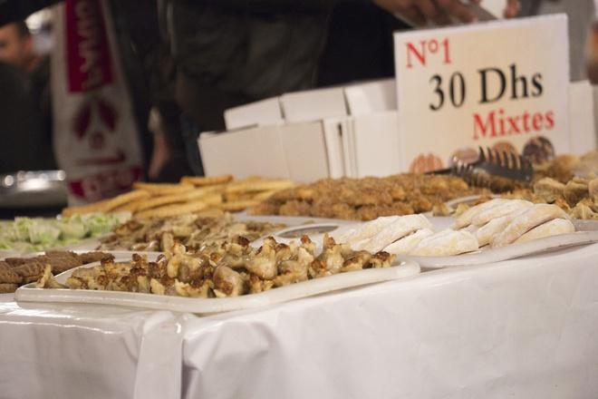 Top dac san via he sieu re, sieu ngon (phan 2) hinh anh 7 Bánh ngọt vỉa hè, Morocco: Tại các khu chợ, nhiều người bán hàng đẩy những xe chở đầy bánh ngọt, bánh quy đủ loại. Bạn có thể mua một hộp 10 chiếc tùy chọn với giá <abbr class=