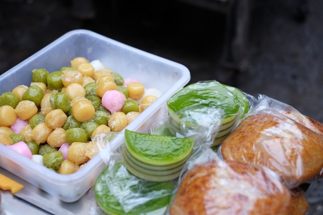 Tham vuong quoc mam o cho Chau Doc, An Giang hinh anh 13 Những loại bánh hợp để ăn vặt như bánh bò, bánh bò thốt nốt, bánh da lợn... cũng được bày bán khắp chợ.