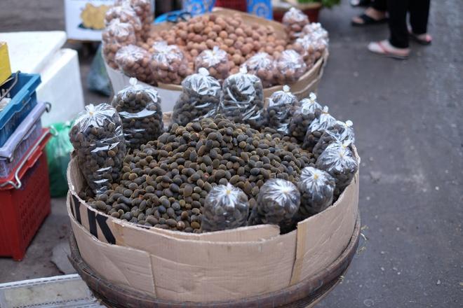 Tham vuong quoc mam o cho Chau Doc, An Giang hinh anh 10 Quả xay rừng làm dân phố lớn mê mẩn xuất hiện ở chợ. Bạn có thể mua một túi để đem theo nhâm nhi dọc đường. Loại quả này có vị chua chua, ngọt ngọt rất dễ ăn.