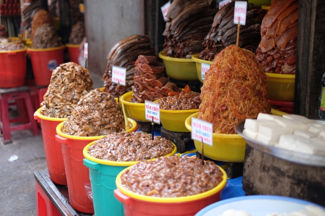 Tham vuong quoc mam o cho Chau Doc, An Giang hinh anh 2 Tất nhiên, đặc sản nổi tiếng nhất của chợ Châu Đốc là mắm. Chợ có cả một khu dành riêng bán các loại mắm, từ mắm