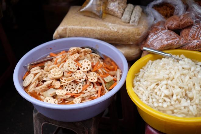 Tham vuong quoc mam o cho Chau Doc, An Giang hinh anh 6 Nếu có thời gian, bạn có thể mua củ sen, củ kiệu muối chua để về ăn trong bữa trưa.