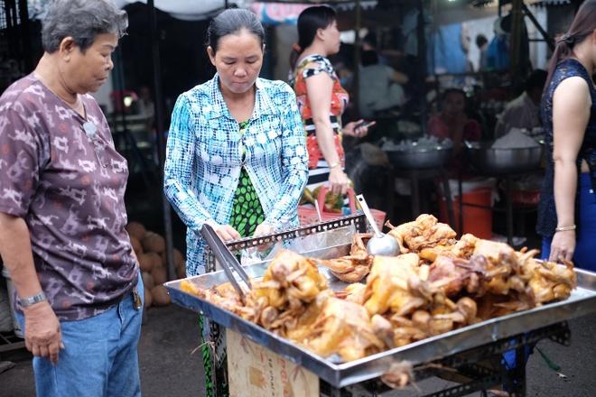 Tham vuong quoc mam o cho Chau Doc, An Giang hinh anh 12 Hay món gà rán nguyên con thơm phức và lạ lùng này. Ảnh: Hoàng Linh.