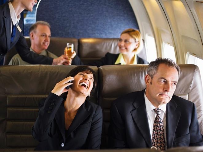 Nhung kieu du khach de lam nguoi khac phat dien hinh anh 2 Du khách làm ồn trên máy bay mà không để ý tới người ngồi cạnh. Ảnh: Supercompressor.