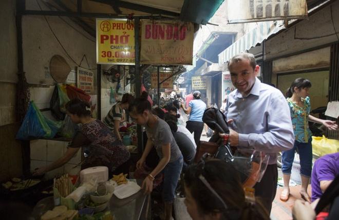 Dai su Phap an bun dau mam tom o ngo cho binh dan hinh anh 1 Cởi chiếc áo vét công sở, đại sứ Poirier hòa mình vào không khí bình dân ở Hà Nội - Ảnh: Việt Dũng