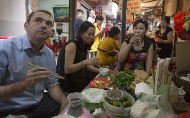 Dai su Phap an bun dau mam tom o ngo cho binh dan hinh anh 2 Đại sứ Poirier có thể dùng đũa thành thạo để ăn món bún đậu mắm tôm yêu thích. Ảnh: Việt Dũng.