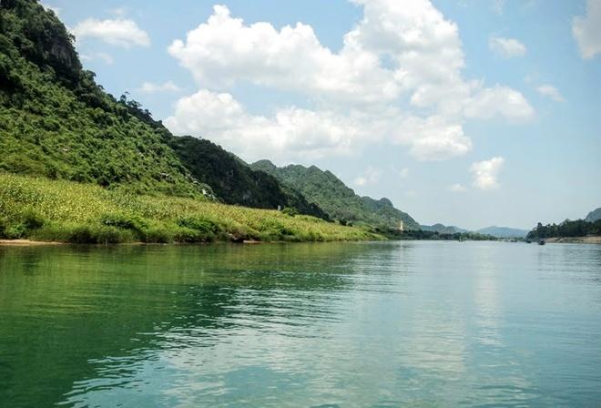 Kham pha 'hoang cung trong long dat' Quang Binh hinh anh 1 Sông Son hiền hòa ven đường 20 Quyết Thắng.