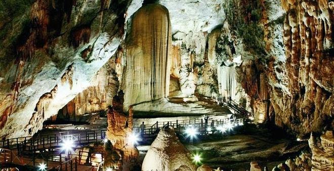 Kham pha 'hoang cung trong long dat' Quang Binh hinh anh 2 Khung cảnh trong hang lộng lẫy như một cung điện ở thế giới khác.