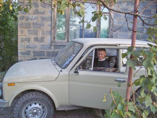 """Chang trai di 198 nuoc khen Viet Nam nhu the nao? hinh anh 5 Kyrgyzstan: """"Thiên nhiên tuyệt đẹp, những khu chợ rực rỡ và người dân thân thiện, trừ khi bạn là một phi công người Mỹ muốn bỏ trốn cùng một cô gái xinh đẹp của họ. Hãy nhớ thưởng thức rượu vodka""""."""