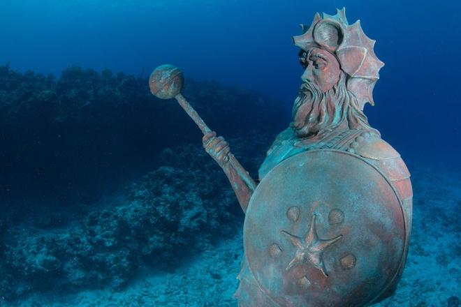 Tượng vệ thần của Rạn san hô, đảo Grand Cayman: Nancy Easterbrook, người đã đặt bức tượng này dưới biển, khẳng định nếu bạn dành cho tượng một nụ hôn, bạn sẽ gặp nhiều may mắn.