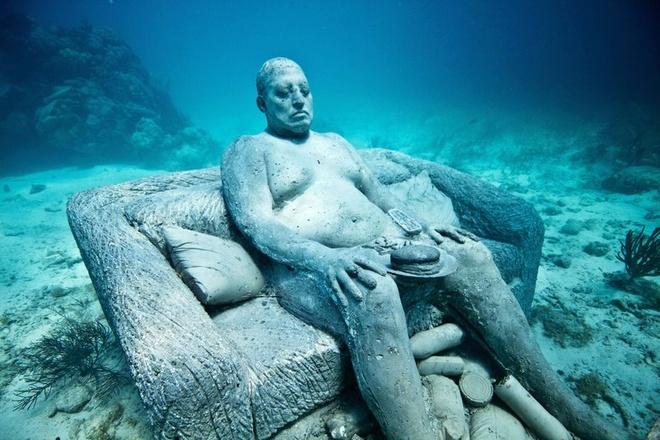 Bảo tàng nghệ thuật dưới nước Cancun, Mexico: Jason deCaires Taylor, tác giả của 500 tượng điêu khắc với kích cỡ bằng người thật, cho biết cảnh ánh mặt trời làm màu sắc của bọt biển bám trên tượng bừng sáng vô cùng ấn tượng.