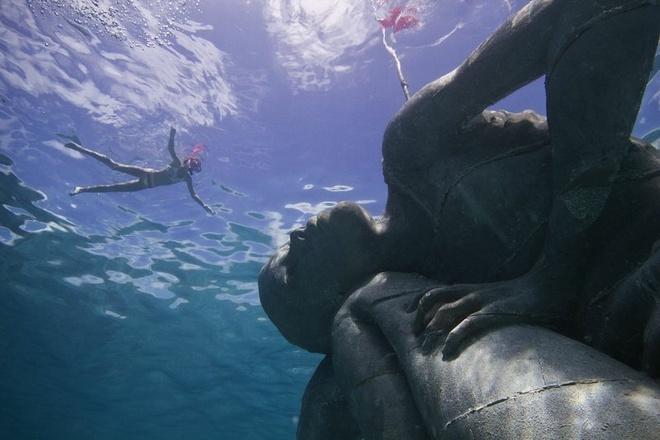 Ocean Atlas, New Providence, Bahamas: Bức tượng dưới nước lớn nhất thế giới này cũng là tác phẩm của nghệ sĩ Jason. Ocean Atlas có trọng lượng lên tới 60 tấn, tượng trưng cho sự quan trọng của việc bảo vệ đại dương, và được đặt ở nơi cần cải tạo ngay lập tức.
