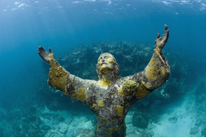 Tượng Christ of the Abyss, Florida, Mỹ: Galletti còn có thêm 3 bức tượng tượng tự, một nằm ở Grenada và một nằm ở công viên san hô John Pennekamp, ngoài khơi Key Largo, bang Florida, Mỹ. Bức tượng ở Florida được đăt tại độ sâu 8 m và là một trong những điểm tham quan dưới nước nổi tiếng nhất thế giới.