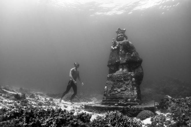 Hang ngầm, Bohol, Philippines: Năm 2010, bức tượng chúa Jesus khi còn nhỏ và tượng Đức mẹ Đồng Trinh cao 4 m được đặt ở hang ngầm thuộc công viên san hô Bien Unido, ngoài khơi Bohol. Nơi này đã nhanh chóng trở thành điểm tham quan dưới nước nổi tiếng.