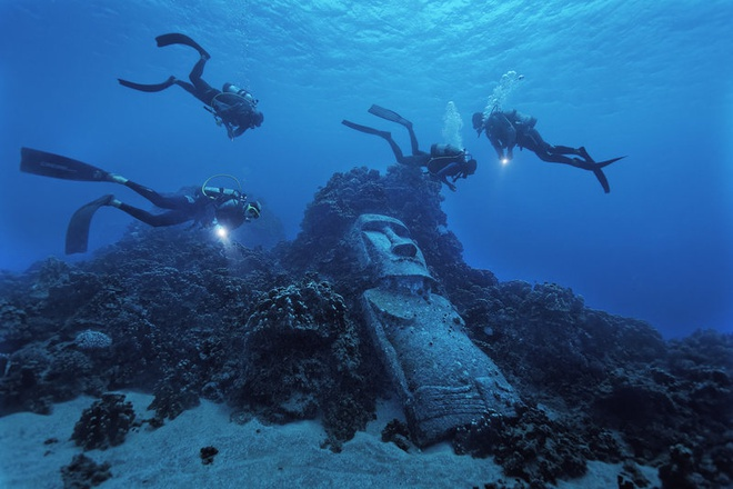 Tượng Moai giả, đảo Phục Sinh, Chile: Khác với những bức tượng khổng lồ và kỳ bí trên bờ biển đảo Phục Sinh, bức tượng này được làm vào năm 1994. Nằm trên rạn san hô, tượng Moai giả là một trong những điểm tham quan hấp dẫn của hòn đảo.