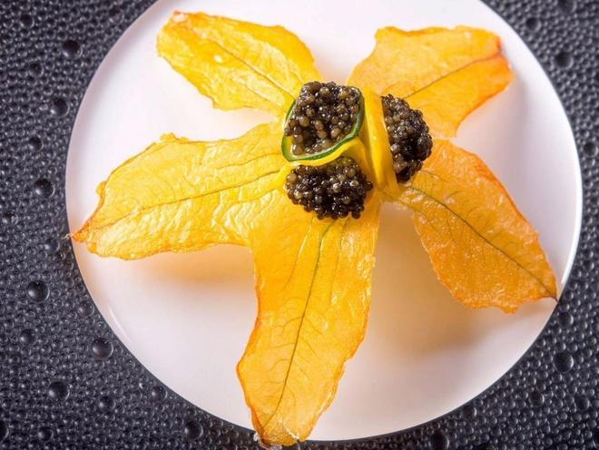 Nhung bua an sieu dat chi danh cho dai gia hinh anh 6 Bữa ăn 18 món của ông gồm những món như súp nấm truffle đen, tôm hùm được bày trong chính vỏ tôm với tâm cọ.