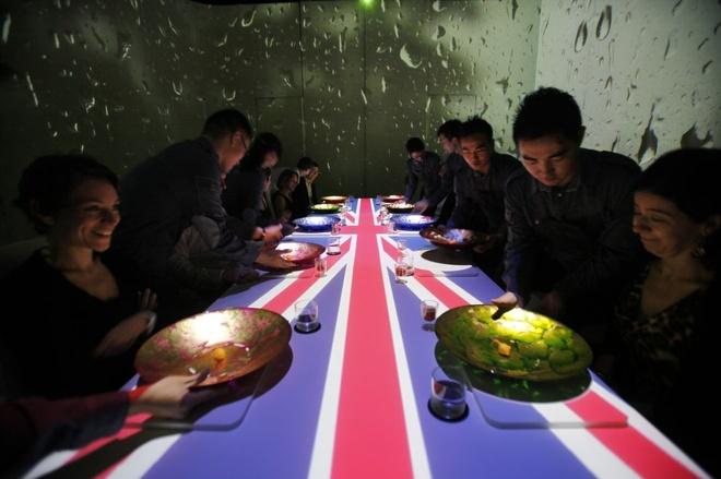 Nhung bua an sieu dat chi danh cho dai gia hinh anh 4 Ví dụ, món cá và khoai tây của bếp trưởng Pairet xuất hiện khi mưa rơi trên tường và những bài hát của The Beatles vang lên, gợi không khí nước Anh cho thực khách.