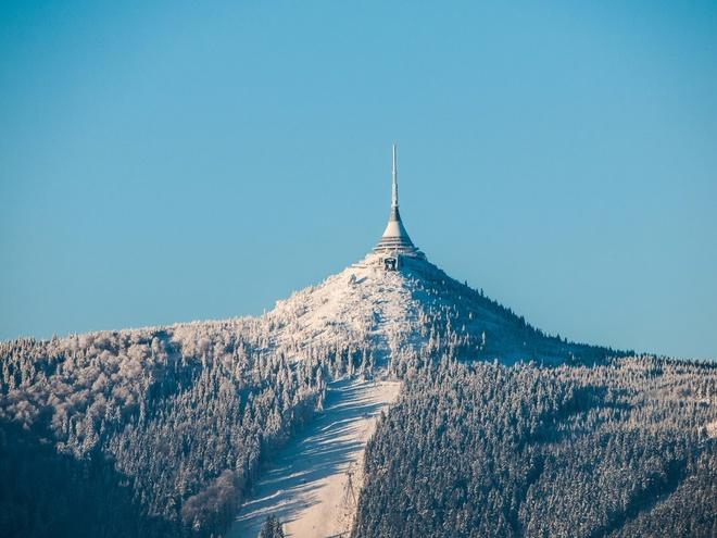 """Ještěd (Cộng hòa Czech): Khách sạn tọa lạc tại núi Ještěd, Liberec, tự xưng là """"khách sạn và nhà hàng trên mây"""" nhờ vị trí ở độ cao hơn 1.000 m so với mực nước biển. Du khách tới khách sạn bằng cáp treo và mỗi phòng đều nhìn ra khung cảnh lộng lẫy của ngọn núi này."""