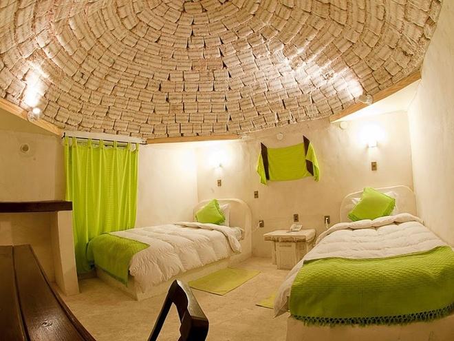 Palacio de Sal (Bolivia): Khách sạn được xây dựng từ hơn một triệu khối muối này nằm ở Salar de Uyuni, Potosi. Palacio de Sal có phòng xông hơi khô, bể tắm nước muối và một sân golf.