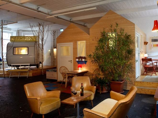 Huettenpalas (Đức): Du khách sẽ được trải nghiệm cảm giác cắm trại trong nhà như thời thơ ấu, với 6 cabin gỗ và các nhà xe kiểu cổ nằm rải rác trong một nhà máy sản xuất máy hút bụi cũ ở Berlin.