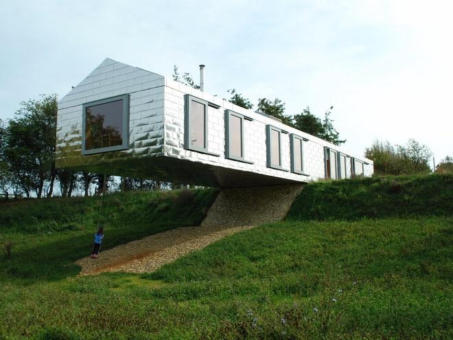 Balancing Barn (Hà Lan): Đây là một nhà nghỉ với 4 phòng ngủ, một cầu thang dẫn ra vườn, cửa sổ lớn nhìn ra rừng, hồ nước và đồng cỏ. Điều đặc biệt là thiết kế khiến ngôi nhà như sắp đổ xuống bất cứ lúc nào.